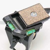 クイックシューと2軸水準器を装備。
