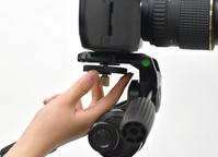 ダブルナット式のカメラネジで、大型機材もしっかり固定